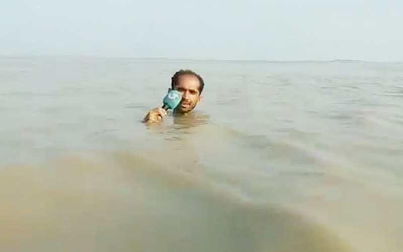 Journalists epic report while submerged up to his neck in flood waters