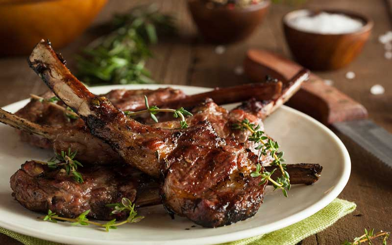 Easter recipe: Lamb chops with onion rings and currant rice