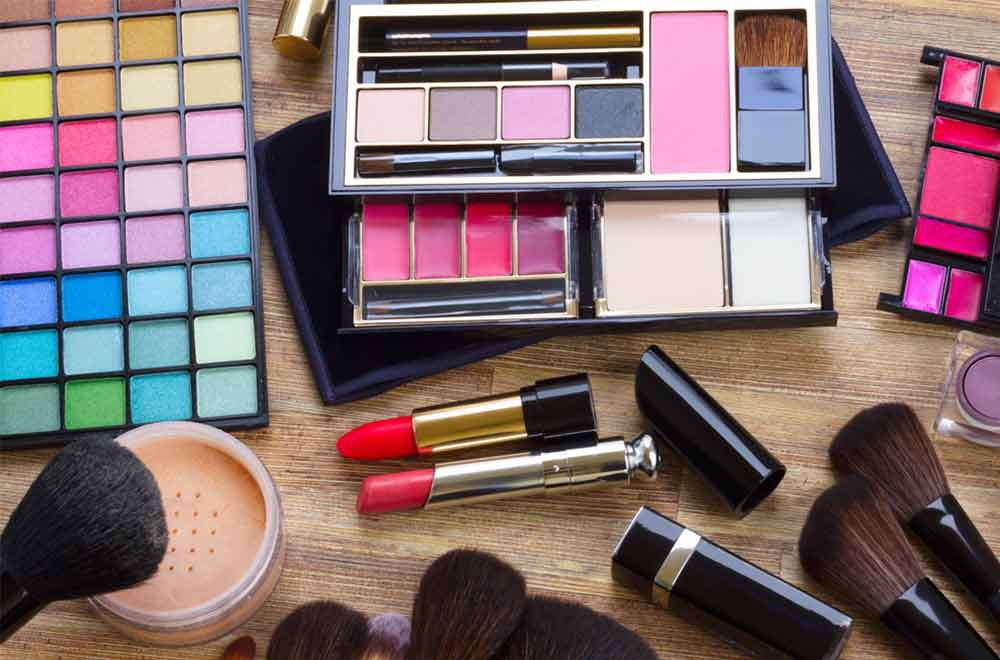 Six fundamental makeup items you must have when going for a date