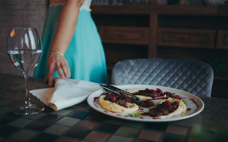 Helpful dining etiquette lessons for your dinner date