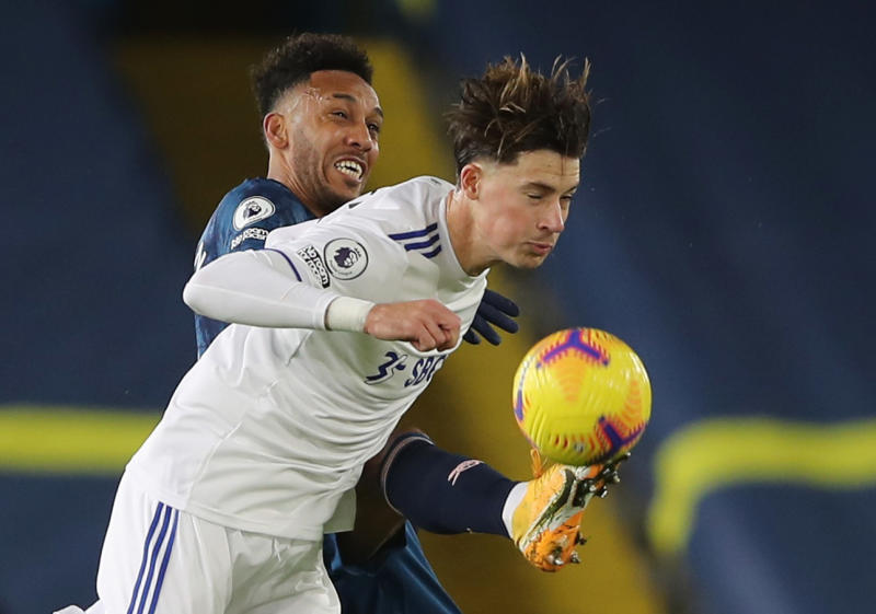 10-man Arsenal hold on for goalless draw at Leeds