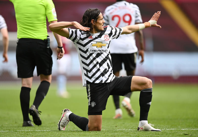 Cavani extends Man United stay with one-year deal