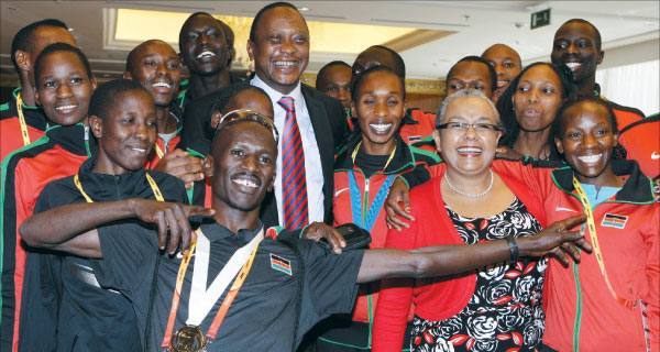 President Uhuru with First Lady Margaret pose with athletes