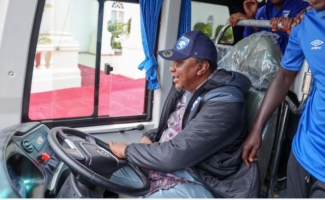 Uhuru drives self in Nairobi to inspect projects