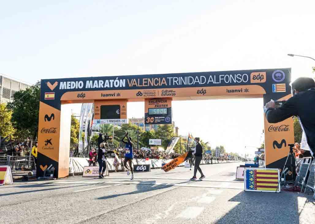 Abel Kipchumba leads Kenyan 1-5 finish at the Valencia Half Marathon