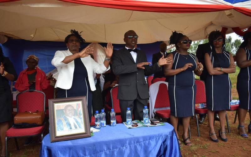 Leaders eulogise former House clerk