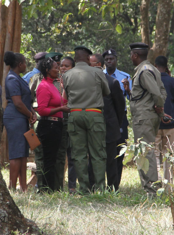 Prison police officers surrounding wife of the late Dutch tycoon Sarah Wairimu Kamotho at the Jewish cemetery in Nairobi (Photo: Edward Kiplimo)