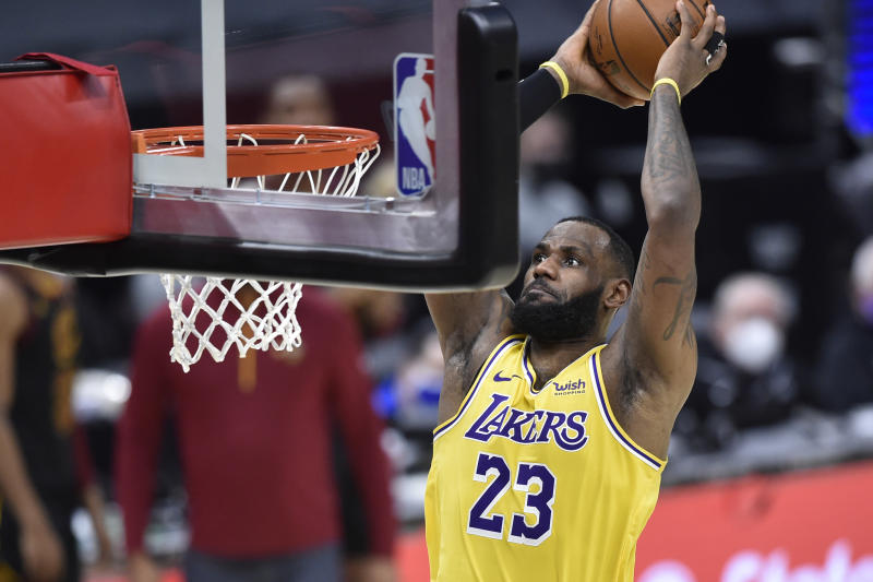 Lakers drown Cavaliers on eve of Kobe's death anniversary to stay perfect on road