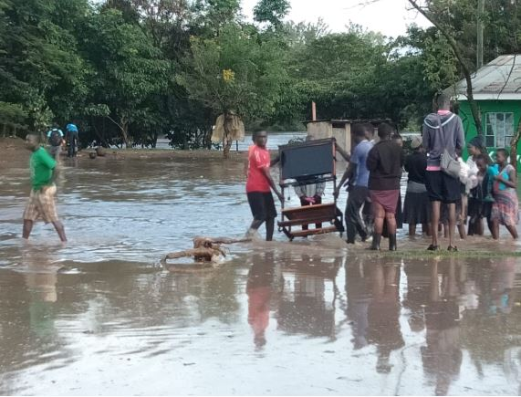 Ahero Town residents move their belongings to higher grounds after River Nyando burst its banks