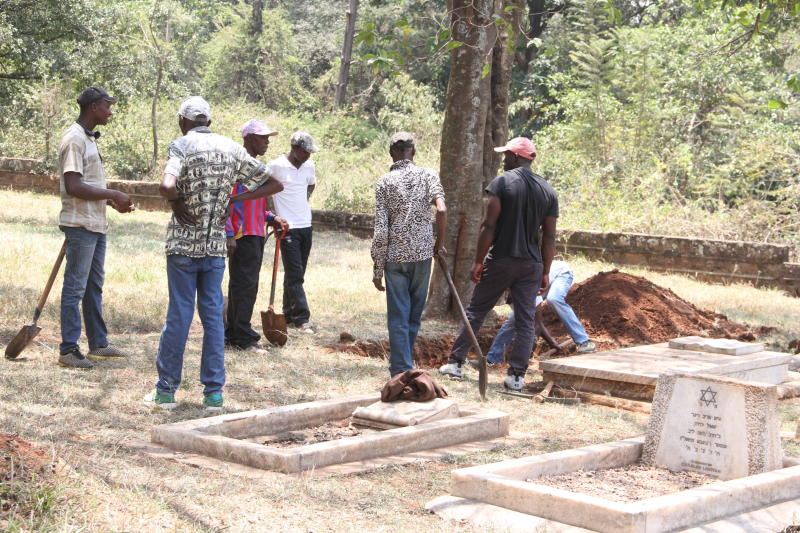 A group of men digging Tob Cohen's grave at the Jewish cemetery in Nairobi. (Photo: Edward Kiplimo)