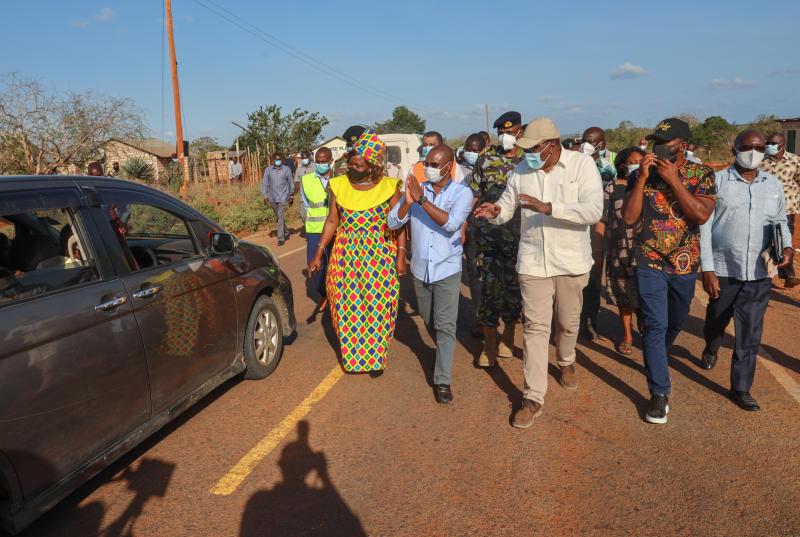 President Uhuru Kenyatta flanked by Governors Ali Hassan Joho (Mombasa), Amason Kingi (Kilifi) and Infrastructure Cabinet Secretary James Macharia inspects the now complete Mariakani to Kinango road.