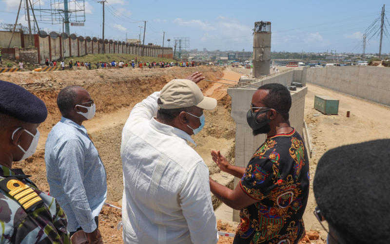 President Uhuru Kenyatta inspects the ongoing construction of the first segment of the Mariakani Highway which runs from Mombasa to Kwa Jomvu. The Head of State was accompanied by Governor Ali Hassan