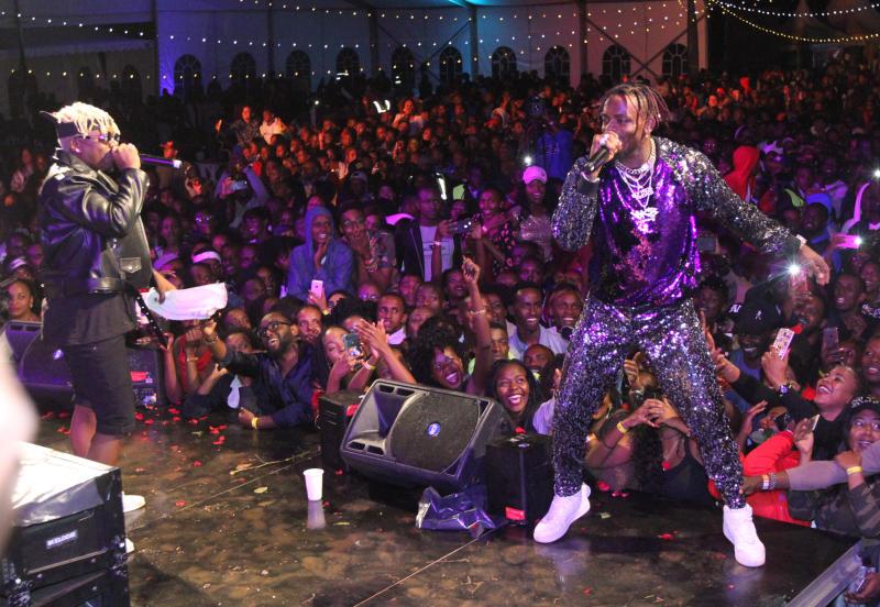 Tanzania's bongo star Diamond Platinumz (right) an