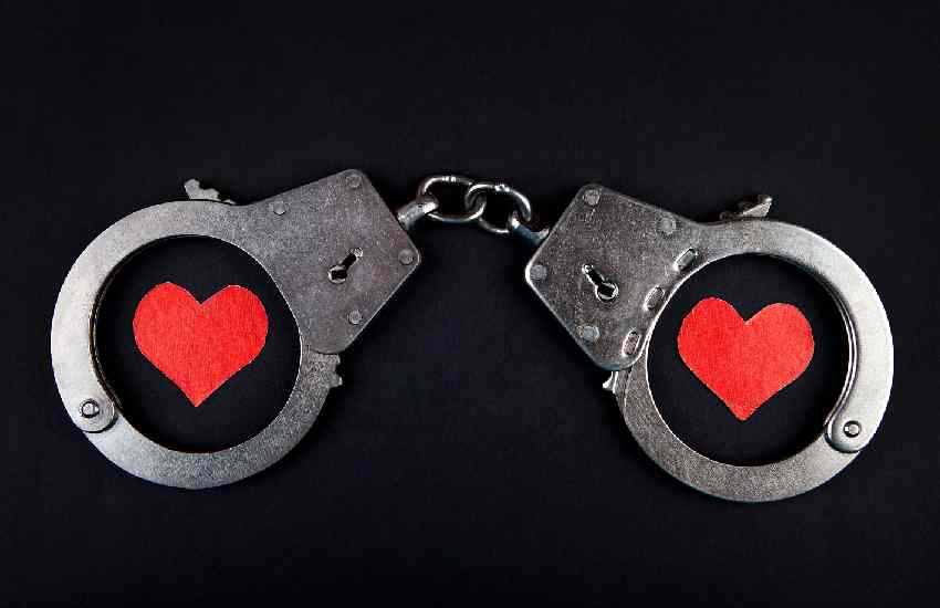 Couple handcuff themselves together for 3 months in test of love