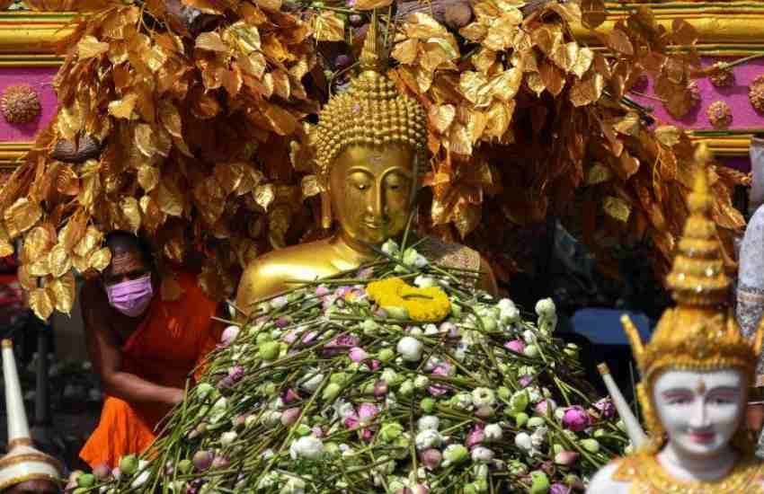 Showers of lotus flowers mark end of Buddhist Lent in Thailand