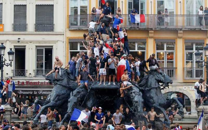 France fans react after winning their Soccer World