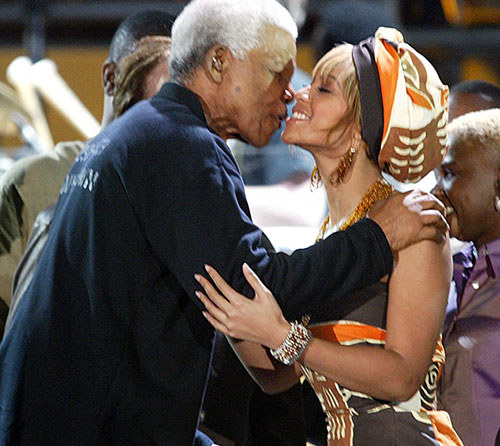 Nelson Mandela kisses Beyonce Knowles at the Nelson Mandela AIDS benefit concert in Cape Town, 2003 (Photo: AP)