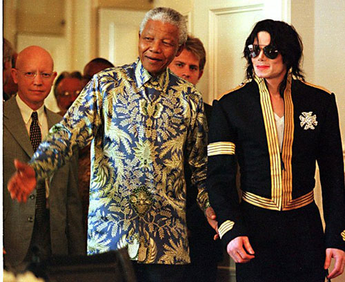 The late Michael Jackson takes a walk with Nelson Mandela (Photo:AP)