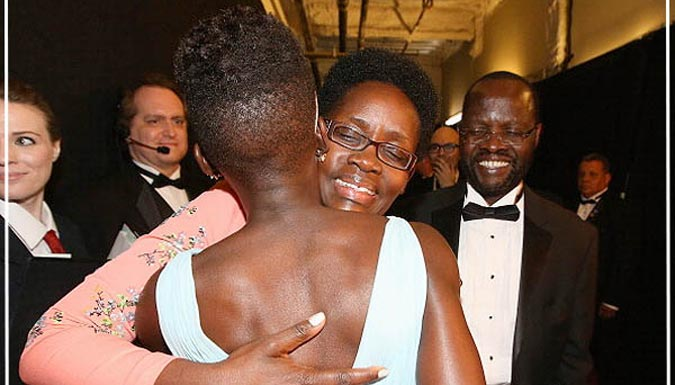 Lupita's mum hugs her as she congratulates her (Photo: GETTY IMAGES)