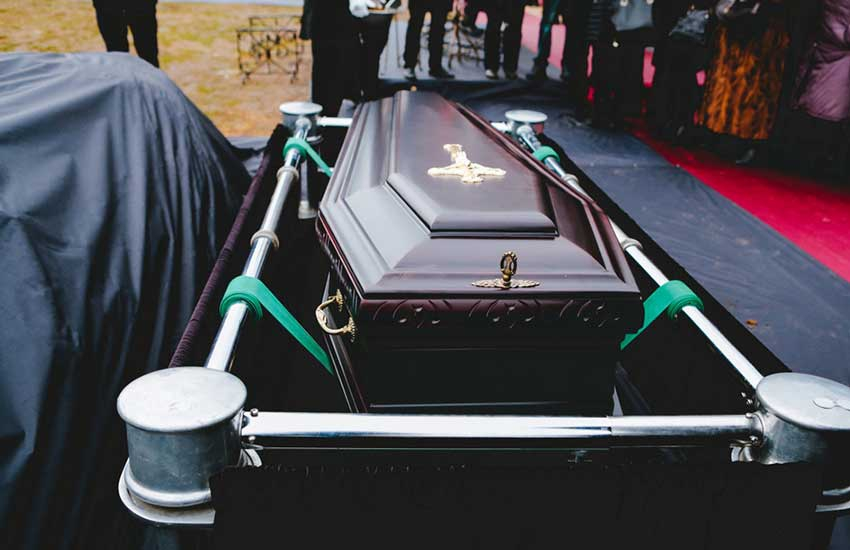 I have seen a lot of prominent people dead – Mortician