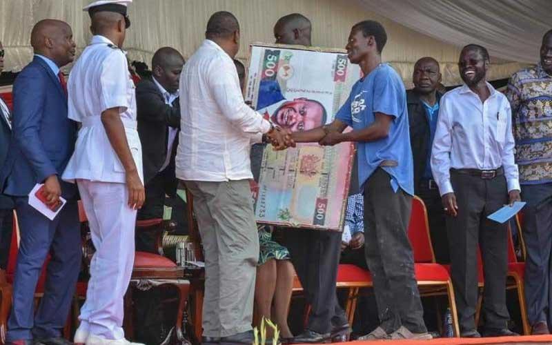 Kisumu man interrupts Ida Odinga's speech to present gift to President Uhuru