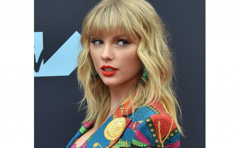 Taylor Swift trades barbed accusations with her former record label