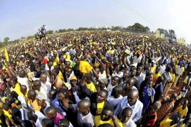 Ugandans go crazy over elections, Mbabazi photo-shops Lowassa's mammoth crowd