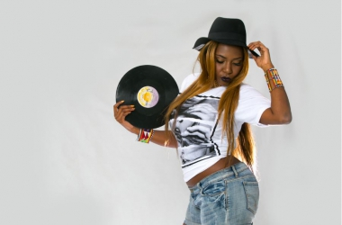 Oh Mama! Talented singer Dela releases a new song in four languages