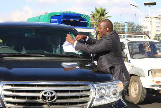 Video: Drama as Wanjigi thwarts arrest, locks self in bullet-proof car