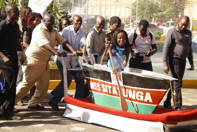 Siaya beauty arrives show stops in a boat