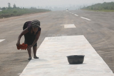 Prepare for a clean landing! Woman mops Homa Bay airstrip ahead of CORD leaders' arrival