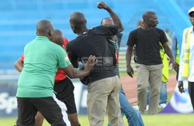 Ugly side of Kenyan football: Gor Mahia fan attacks referee during match