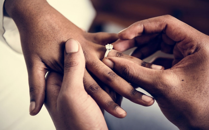Man secretly proposes to girlfriend for entire month
